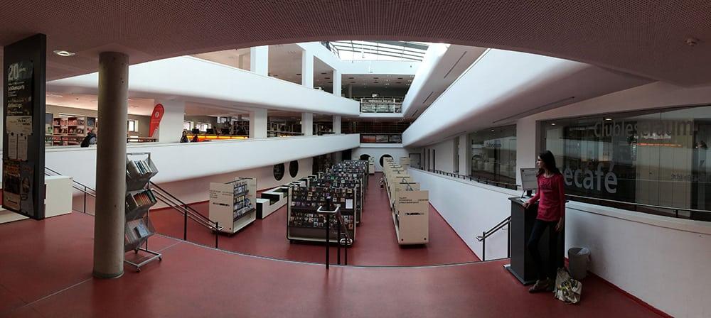 Blick in die Mediothek Krefeld.