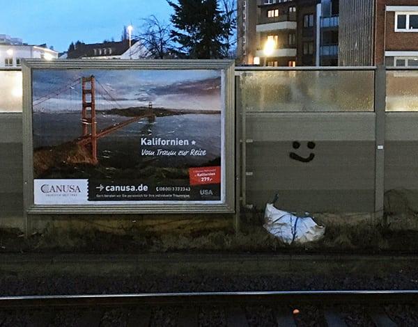 Wenn die kalifornische Herausforderung gelingen soll, müssen wir uns jetzt auf die Reise machen. Findet auch dieses Plakat an einem Hamburger S-Bahnhof.