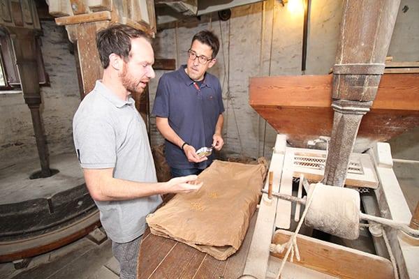 René Schneider spricht mit dem Bäcker der Kriemhild-Mühle in Xanten.