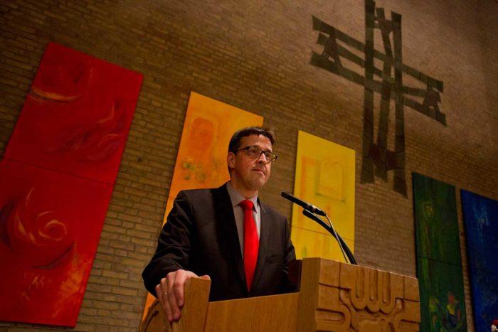 René Schneider predigt in evangelischer Kirche