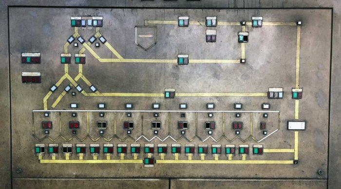 Schalttafel mit Schaltern und Knöpfen