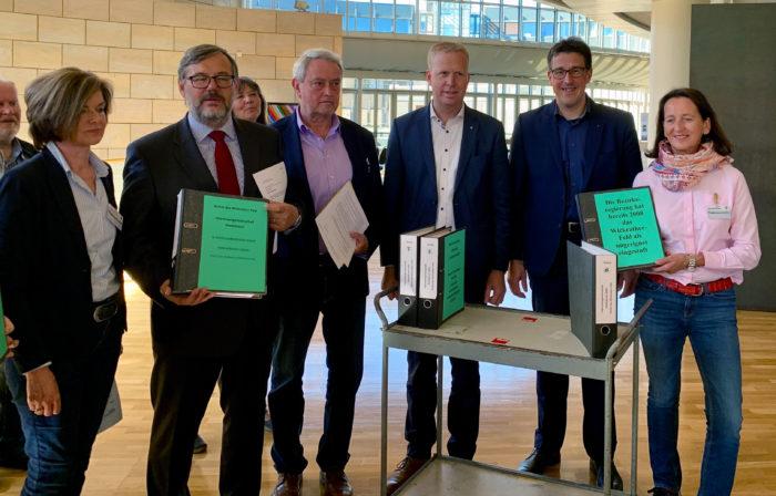 Unterschriftenübergabe gegen Auskiesung im Wickrather Feld