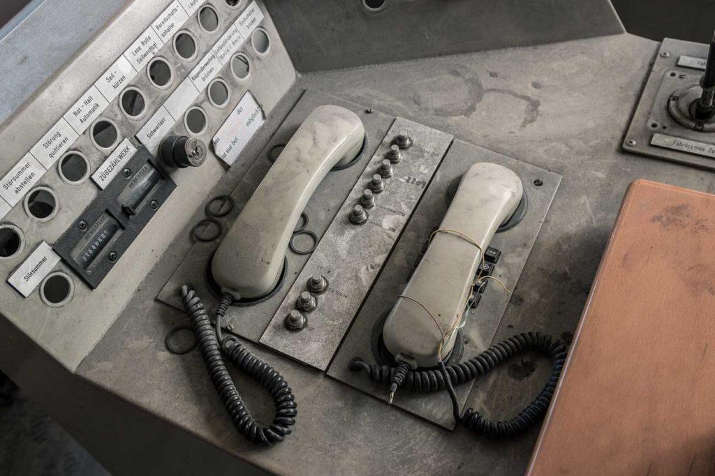 Telefone und Schalter sind bedeckt mit Staub und Dreck