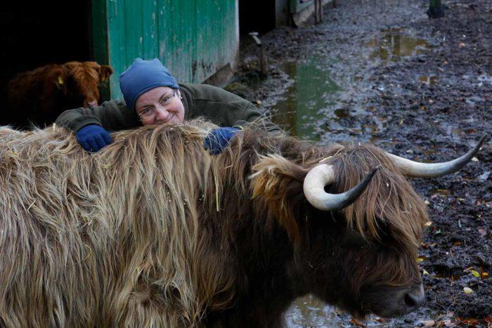 Astrid Gerdes mit ihrer Kuh Brenda