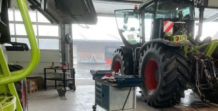 Blick aus der Werkstatthalle auf den Regen draußen