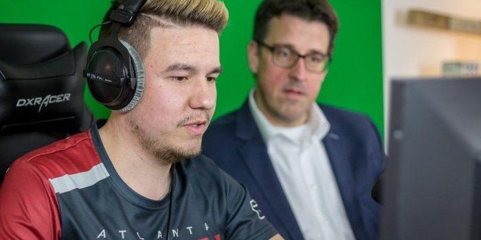 René Schneider im Stream mit Noserino.