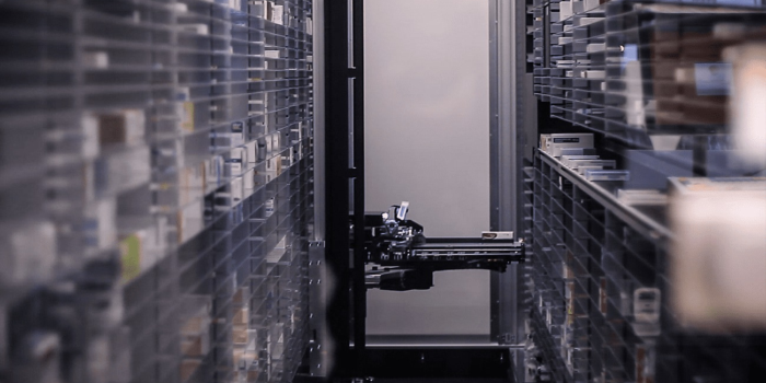 In der digitalisierten Apotheke in Xanten unterstützt ein Roboter die Mitarbeiter.
