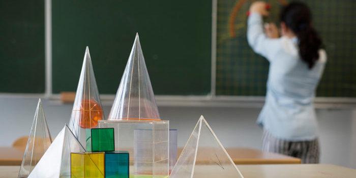 Kind vor der Tafel im Mathematikunterricht