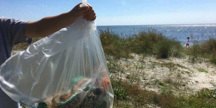 Stolz zeigt mein Sohn den gesammelten Plastikmüll und Abfall, den wir an Bornholms Strand gefunden haben.